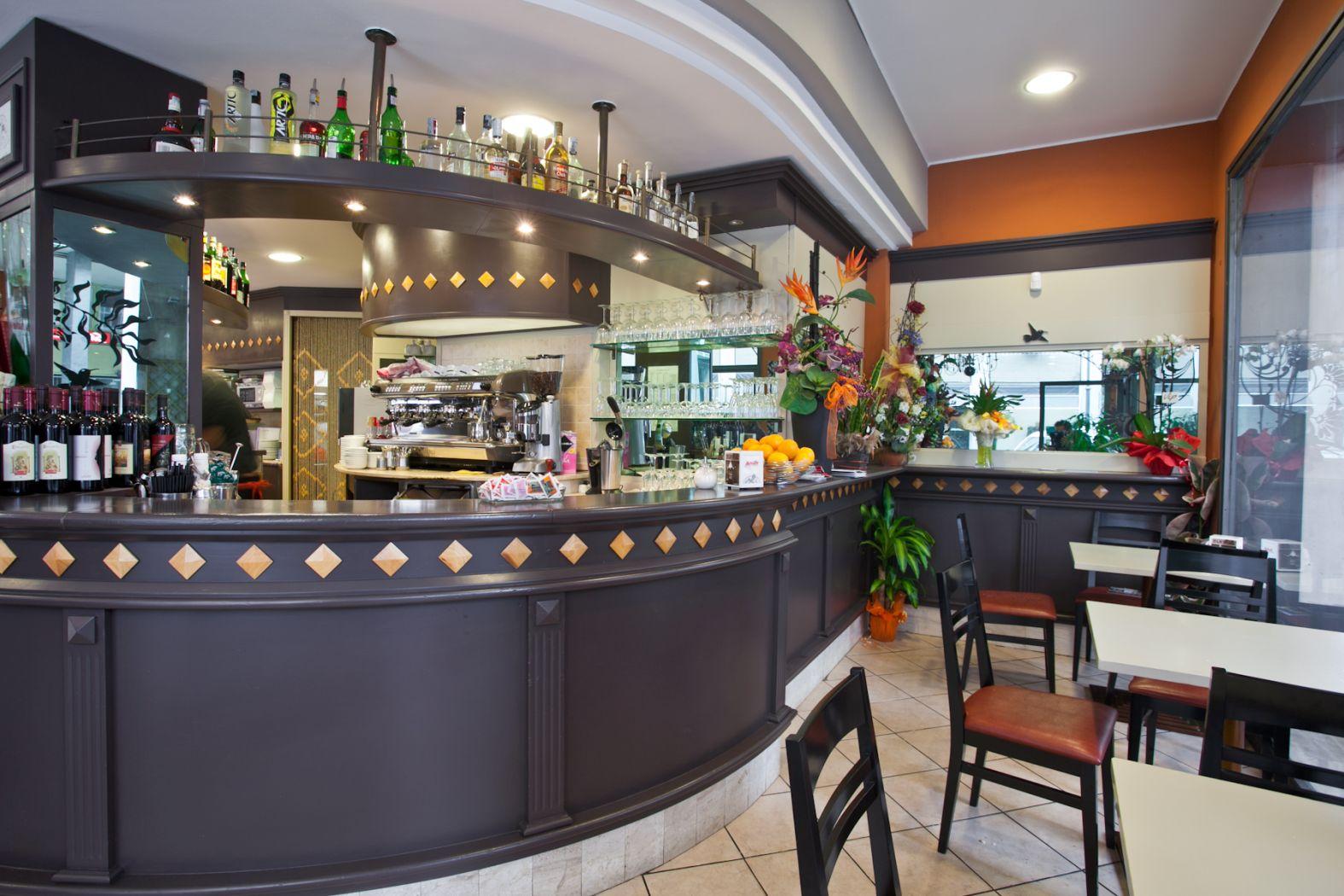 Attrezzature e arredo bar gli spazi in cui dividere il locale for Arredamento da esterno per bar
